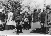 Artemowsk, SU,  Für den Einsatz in Deutschland gemusterte Fremdarbeiter vor der Abfahrt