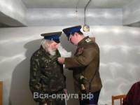 Атаман-Иван-Баландин-вручает-юбиляру-Почётный-знак-300x225