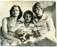 0. Наша маленькая семья _ мама Людмила Андрияновна, брат Сергей, я и кошка Дымка, 1979 г.