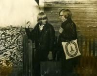 1. Идем в школу с братом Аркадием, п. Абатский, 1979 г.