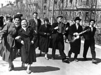 4. Молодежь электросталеплавильного цеха N3 ЧМЗ на майской демонстрации, 1960 г.